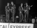 Winner Small Groups NME Readers Poll Awards 1960 The Shadows shiny suited, met Jet Harris en Tony Meehan. Glimp van spare gitaar Gretsch 6122.