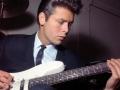 Cliff bespeelt de 12 snarige Short Scale Vox Bouzouki uit 1963 met tremolo, als gebruikt door The Shadows voor Allday en door Vic Flick voor Peter en Gordon's hit World without love.