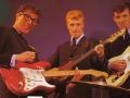 The Shadows met hun Fender gitaren. Van links naar rechts de eerste Stratocaster Pink Flamingo no 34346 , Precision bas in Sunburst, Telecaster.