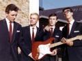 Vroege kleurenfoto van The Shadows met de eerste Fender Stratocaster no 34346, Pink Flamingo, maple neck, golden hardware voor een railway.