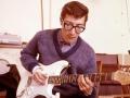 Hank backstage met zijn nieuwe witte Fender Stratocaster in 1963. De tortu slagplaat zat er toen nog niet op.