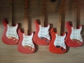 Fender Hank Marvin Signature gitaren van links naar rechts: USA Signature (1992), Mexican (1999), Japan (1996), Squier (1991), USA 40th Anniversary (1996).