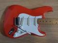 Squier HM Signature 1991. Gemodificeerd met Mike Christian piezo zadels (nu Graphtech label) zoals door Hank Marvin gebruikt op zijn Fender Custom Shop 2 voor een akoestisch geluid.