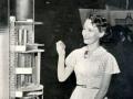 Mullard promotie. Petula Clark in 1950 bij opengewerkt model van een Mullard buis van ruim 1,5 mtr.