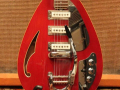 V252 Mark VI Acoustic 1966 3 pickups tremolo Trans Red,  fabrikaat EKO Italy, body front.