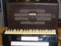 Jennings Univox Organ J10, met houten toetsen en 2 rijen Tone & Effect tabs.
