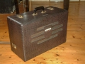 Jennings Univox Organ J6, crocodile skin suitcase met black plastic handle.