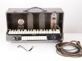 Jennings Univox Organ J7, toetsen met kabels en kniebaracket voor volume, lederen strap handle.