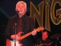 Bruce Welch met zijn Fiesta Red Fender Stratocaster. Op de achtergrond drummer Bob Watkins van Bruce Welch's Shadows.