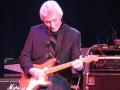Bruce Welch met zijn Fiesta Red Fender Stratocaster.