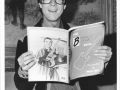 Hank Marvin met het Burns boek van Burnsgoeroe Paul Day.