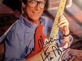 Hank Marvin met zijn Fiesta Red Fender Stratocaster.