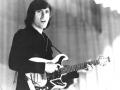 Jonge Bruce Welch met zijn Baldwin gitaar.