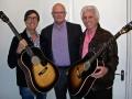 Hank en Bruce met Mick Johnson en zijn replica's van de Gibsons J45 Buddy Holy.