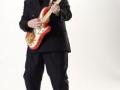 Bruce Welch met zijn nieuwe generatie Burns gitaar.
