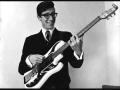 Jonge Hank Marvin trots met zijn originele Burns gitaar.