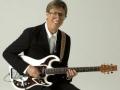 Hank Marvin met zijn nieuwe generatie Burns gitaar.