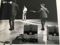 Framez  Echomatic Model-J(ennings) op de grond tijdens optreden van The  Shadows en Vox AC15 TV Two Tone met Vibravox unit aan de achterzijde.