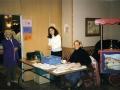 De entree met kassa in Motel Eindhoven met tante Trees Verhagen in de deuropening, aan tafel dochter Nicole rechts samen met een Armeense fan links.