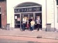 Locatie 1982-1987 en 1990 en 1994-1995, Nieuwe Koninklijke Harmonie Tilburg, Ton Verhagen met Hongaars gezelschap voor de ingang. In het midden gitarist Faragó Judy István met zijn vrouw Edu.