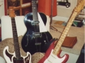 Set met echte gitaren van Bruce Welch bij elkaar, de Burns Marvin, de Vega Archtop die gemodificeerd is met Burns Sonic pick-ups en de legendarische eerste 1959 Fender serieno 34346.