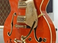 Bruce Welch zijn Gretsch model 6120 Chet Atkins in orange finish voor een blonde VOX AC30 in Fawn .