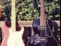 De Fender Sratocaster 1958 die Hank kocht bij Patrice Bastien in Parijs en de Vega Archtop van Bruce Welch die gemodificeerd is met Burns Sonic pick-ups en toonregeling.