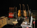 Backstage gitarenrack Hank bij de Tour 2009-2010, van links naar rechts: Fender Custom 1-2-3 en 50th Anniversary, Burns London Apache 12 string, Fender Scotsman, Cliff's Gibson J200 refinished naturel, 3x Hank acoustics.