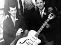 Tony Harvey met zijn witte Egmond ES-57-12 CAR gitaar 1958-1959. die werd geleend om Living Doll  op te nemen.