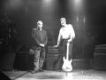 Hank Marvin en Denis Cornell on stage met de Hank Marvin Signature Custom Shop Amp gebouwd en ontwikkeld door Denis Cornell (Essex UK). De versterker verdween geruisloos na een enkel gebruik tijdens de negentiger jaren Tours.