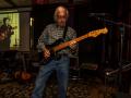 Reunie Back to Tilburg, soundcheck Guitar Syndicate, Nestor van de band Robin (lead). Op de beamer foto van mede oprichter Marc Vandermeulen (RIP).