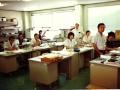 Ikutaro Kakehashi in het vroege Roland engineerslokaal.