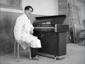 Jonge Ikutaro Kakehashi achter door hem ca 1960 ontworpen prototype van de TechnicsNational SX-601 keyboard, model voor de latere Hammond Piper.