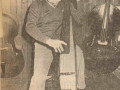 Henk van Zalinge (1922-2006) met een van de 50 in 1979-1982 handgebouwde Z-bassen. Later ca. 200 stuks geproduceerd bij Egmond fabrieken Best en Boxtel.