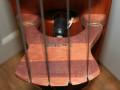 van Zalinge Z, productie contrabas, kam bovenzijde met label. In het midden de piezo pickup.