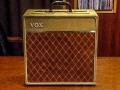 Vox AC10 Throwback 1961, met 1e (Underdown) Jennings G1-10 circuit (ECC83, 6BR7, 5Y3 gelijkrichter en 2xEL84), kleiner splitfront model met Fawn rexine en Brown Diamond grillcloth. Six spoke 10 inch Plessey Speaker uit het midden geplaatst.