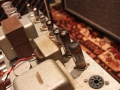 Vox AC15 Model AC1 mid-eind 1959, met first buizencircuit, vanaf links SZ4 gelijkrichter, 2xEL84, 2x ECC83, vibrato ECC83-82-83. De gelijkrichtbuis 5Z4 ontbreekt.