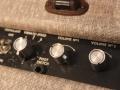 Vox AC15 Model AC1 TV Front mid-eind 1959, met first circuit, control knobs vibrato-speed, volume 1 en 2, tone (niet origineel). Originele Cream w diamonds covering vervangen door moderne Fawn tolex. Black knobs niet origineel.