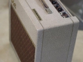 Vox AC15 Split- front Fawn 1961, lederen handle, brass vents. Zijzicht.