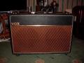 Front Vox AC30TB Expanded Frequency Twin-Fifteen van eind 1963-begin 1964, Pebble Rexine zonder cornerprotection. De versterker is gelijk aan de standaard AC30/6, alleen cabinet en speakers vergroot. Hierdoor ontstond een zwaarder geluid, de versterker werd gebruikt voor lead, bas en keyboard.