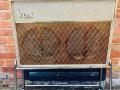Vox AC30-4 Normal Fawn, Black Panel 1961, 3 lederen handvaten, brass vents, no corners, black panel, front op stand.