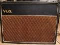 Front Vox AC30/6 Top Boost, Red panel 1964, a JMI product, basketweave. Er zijn maar zo'n 400 exemplaren nog in Red Panel uitgevoerd, voor de overgang naar Grey Panel in 1964-1965.