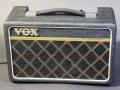 Front Vox Escort Battery/Mains in Dallas uitvoering 1974-1979. 2,5 w RMS transistor, 5,5 inch Elac speaker. Na de AC 30 het langst op de markt geweest vanaf 1974 t/m 1983, tijdens zowel Dallas als Rose Morris periode gecontinueerd.