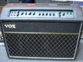 Vox AC120 Twin Reverb met 100 watt RMS vermogen uit de CBS Arbiter periode. Met regelbare Equaliser/Distortion/Vibrato effecten en 3 weg footswitch. Een veelzijdig en zwaar onderschat kwaliteitsproduct van Vox.