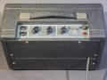 Vox Escort Battery in Dallas uitvoering 1974-1979. Beklede achterwand zonder typeplaatje en serienummer en Light Grey panel met witte belijning. Normal en Brilliant Channel, Volume en tonecontrol. Supply selector Battery/Off/Mains.