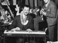 Dick Denney (1921-2001), gitarist en chief engineer van JMI, speelt op zijn lapsteel in het Russell Hotel.