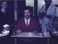 Dick Denney speelt op zijn lapsteel gitaar met JMI collega's.