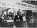 Dick Denney in de JMI stand op de muziekbeurs in Frankfurt in 1964.