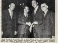 Tom Jennings bij de ondertekening van het contract met de Thomas Organ Company in 1964, waarmee de Amerikaanse markt voor Vox open ging.