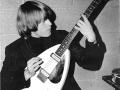 Brian Jones Rolling Stones met zijn Phantom MKII Teardrop White 1964, 2 pickups zonder tremolo. JMI homebuild by Mick Bennett & Ken Wilson.